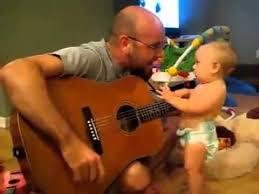 padre cantando a su hijo